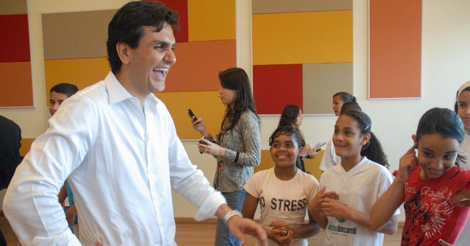 12.set.2012 - O candidato do PMDB à Prefeitura de São Paulo, Gabriel Chalita, visitou o Instituto Baccarelli e caminhou pelo bairro de Heliópolis, na zona sul da capital, nesta quarta-feira