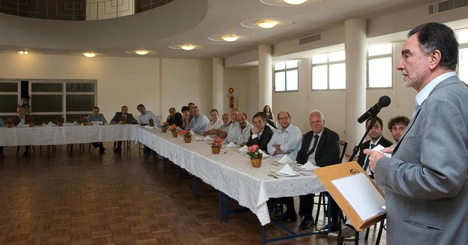 12.set.2012 - O candidato do PT à Prefeitura de Belo Horizonte, Patrus Ananias, discursa durante almoço com integrantes da Federação Israelita de Belo Horizonte