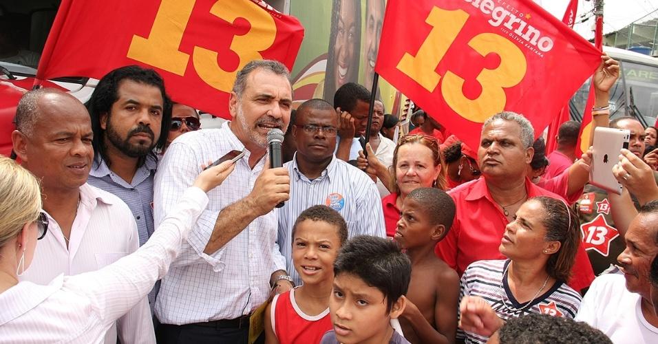 12.set.2012 - O candidato do PT à Prefeitura de Salvador, Nelson Pelegrino (com o microfone na mão), discursa durante caminhada na Capelinha de São Caetano