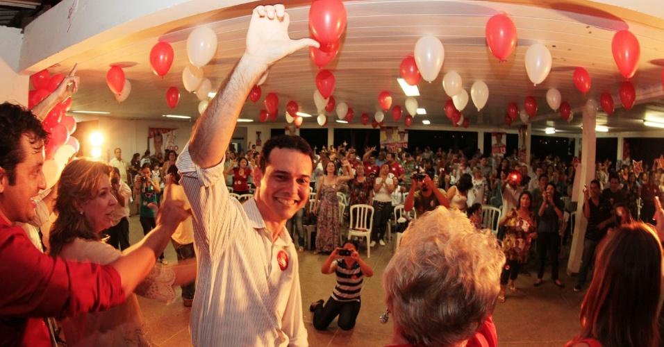 12.set.2012 - O candidato à Prefeitura de Cuiabá Lúdio Cabral (PT) participou de uma reunião com educadores, na qual apresentou seu programa de governo para a Educação