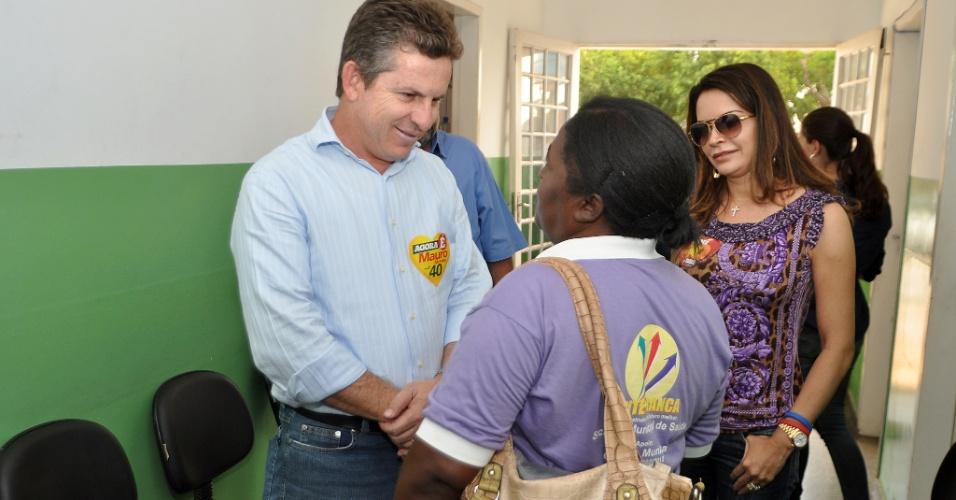 12.set.2012 - O candidato à Prefeitura de Cuiabá Mauro Mendes (PSB) visitou unidades de saúde da capital matogrossense. Ele conversou com os profissionais de saúde durante a visita