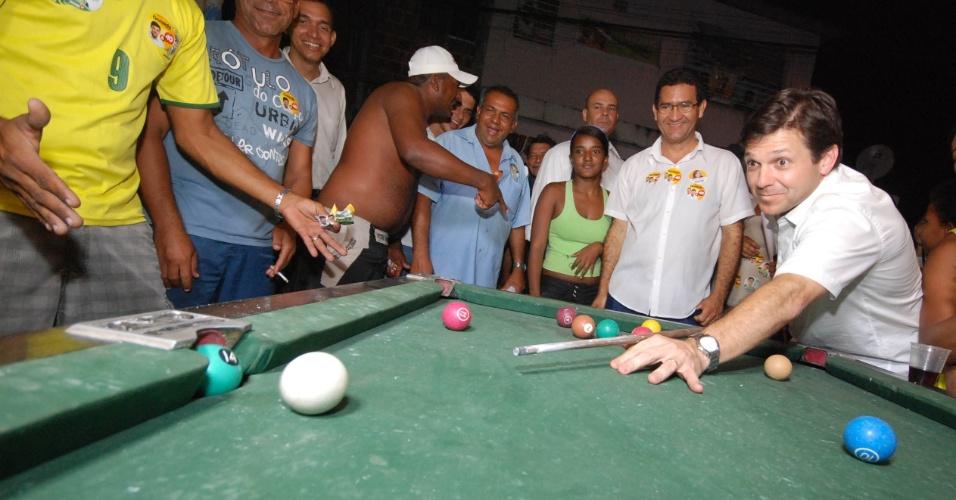 12.set.2012 - O candidato do PSB à Prefeitura do Recife, Geraldo Julio, joga sinuca com moradores da comunidade Dancing Days, no bairro da Imbiribeira, zona sul da capital pernambucana