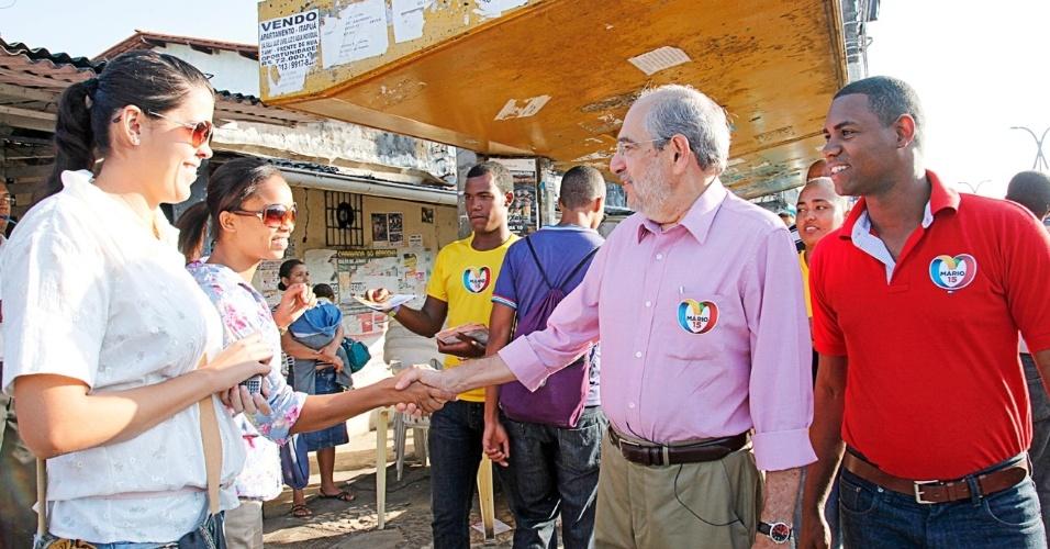 13.set.2012 - Mario Kertész, candidato do PMDB à Prefeitura de Salvador, fez caminhada na manhã desta quinta-feira pelas ruas do bairro São Cristóvão
