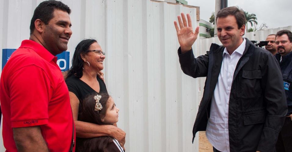 13.set.2012 - O candidato à reeleição para a Prefeitura do Rio de Janeiro, Eduardo Paes (PMDB), visitou as obras do Programa de Recuperação Ambiental da Bacia de Jacarepaguá