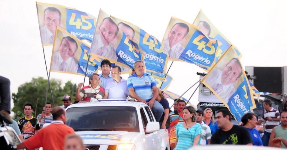 13.set.2012 - O candidato do PSDB à Prefeitura de Natal, Rogério Marinho, participa de uma carreata na zona norte da cidade