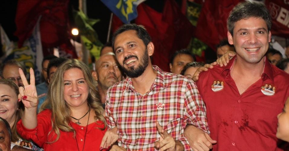 13.set.2012 - O candidato do PT à Prefeitura de Fortaleza, Elmano de Freitas (centro), caminha durante comício ao lado de sua madrinha política, a prefeita Luzianne Lins, e do senador petista Lindberg Farias