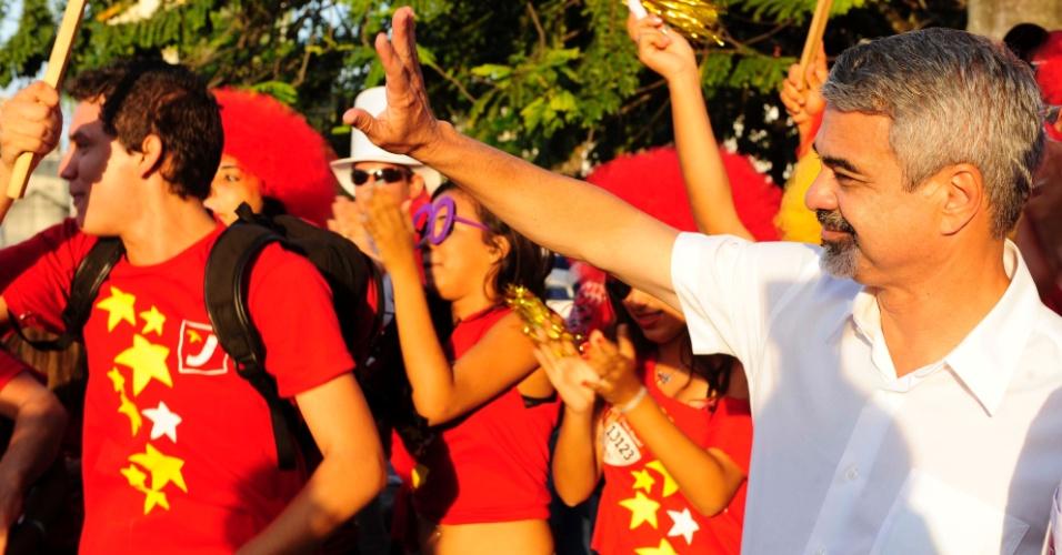 13.set.2012 - O candidato do PT à Prefeitura do Recife, Humberto Costa (à dir.), participa de caminhada na praça do Derby