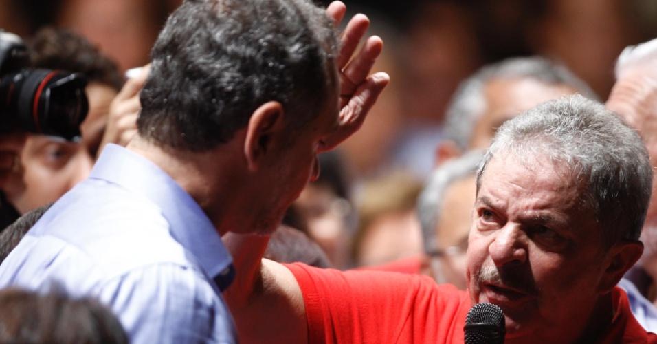 14.ago.2012 - O ex-presidente Luiz Inácio Lula da Silva (PT) participa de comício do candidato do PT à Prefeitura de Salvador, Nelson Pelegrino (à esq.). Em seu discurso, Lula criticou o candidato do DEM, ACM Neto, líder nas pesquisas