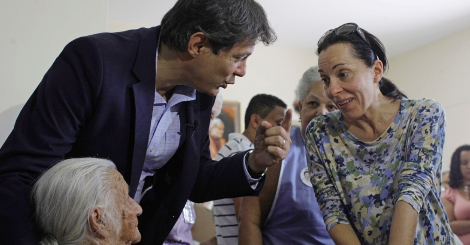 14.ago.2012 - O candidato do PT à Prefeitura de São Paulo, Fernando Haddad visitou a Casa da Terceira Idade Bugolim, na zona leste, acompanhado de sua candidata a vice, pelo PC do B, Nádia Campeão (à dir.)