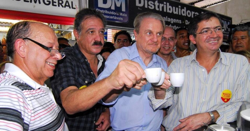 14.set.2012 - O candidato à reeleição em Belo Horizonte pelo PSB, Marcio Lacerda (de camisa azul), toma café durante visita à Feira dos Produtores, no bairro Cidade Nova, região nordeste da capital mineira