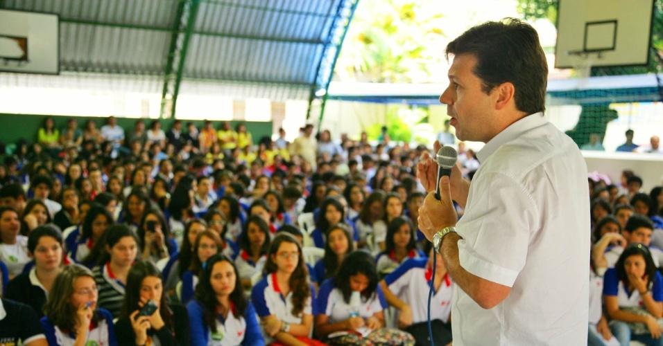 14.set.2012 - O candidato do PSB à Prefeitura do Recife, Geraldo Julio, participou nesta sexta-feira de um debate promovido pelo colégio NAP, no bairro Casa Forte, zona norte da capital pernambucana