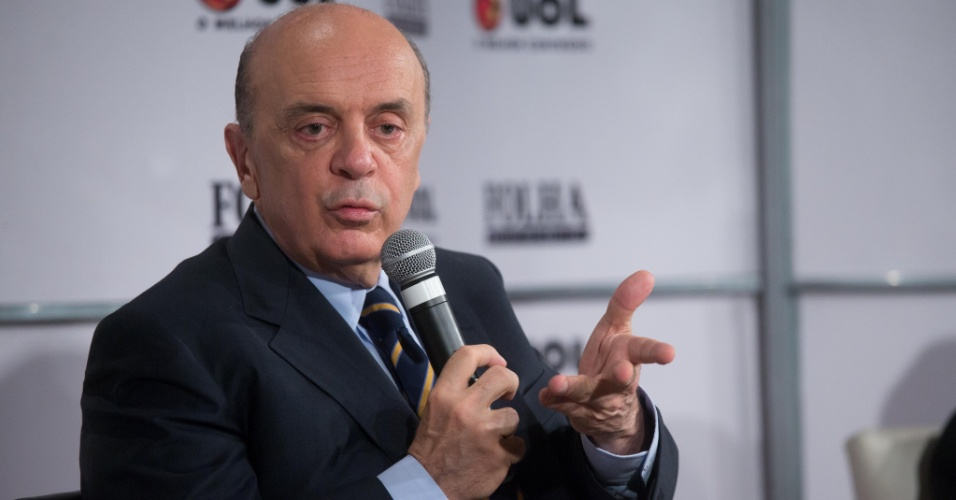 14.set.2012 - O candidato do PSDB à Prefeitura de São Paulo, José Serra, participa da sabatina Folha/UOL. O tucano afirmou que José Dirceu, réu no julgamento do mensalão, é