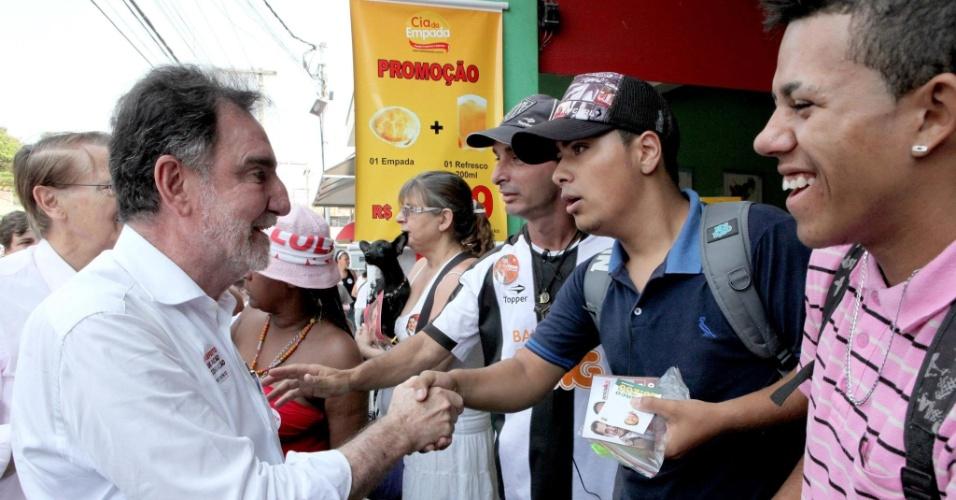 14.set.2012 - O candidato do PT à Prefeitura de Belo Horizonte, Patrus Ananias (à esq.), cumprimenta eleitores durante caminhada pelo comércio do bairro Betânia, zona oeste da capital mineira