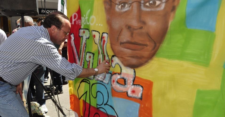 14.set.2012 - O candidato do PT à Prefeitura de Porto Alegre, Adão Villaverde, participou de evento do movimento hip hop no centro de Porto Alegre. Villaverde afirmou que, se eleito, vai investir em programas de fomento à cultura