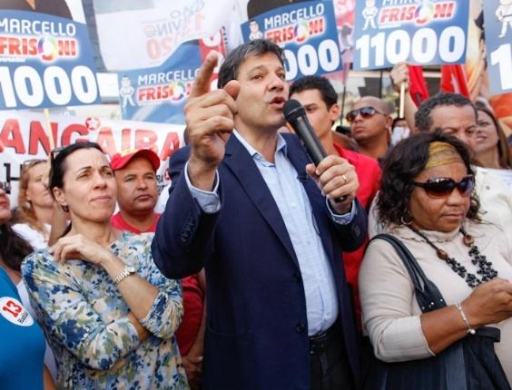 14.set.2012 - O candidato do PT à Prefeitura de São Paulo, Fernando Haddad, discursa durante caminhada na zona leste. Haddad chamou de