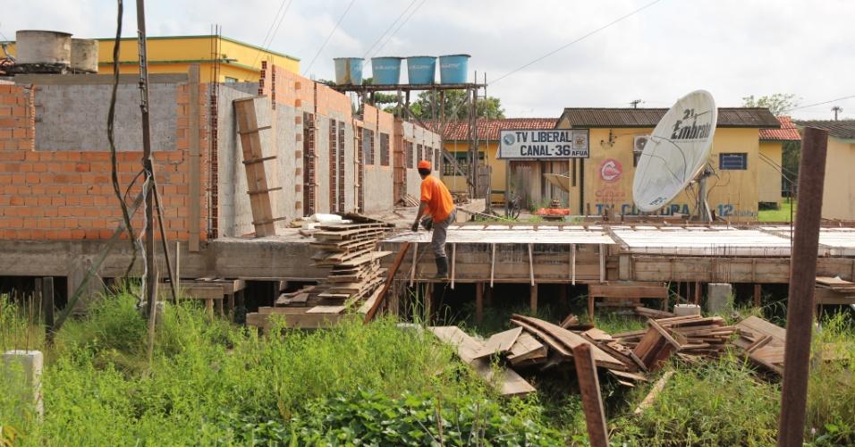 Obra permite ver como são construídos os imóveis na cidade de Afuá (PA)