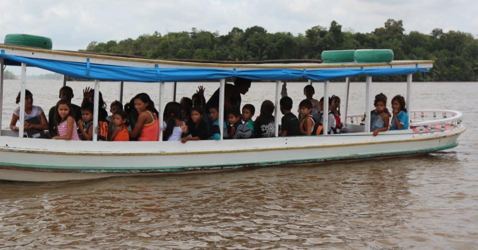 Alunos de escolas de comunidades ribeirinhas de Afuá (PA) são transportados por pequenos barcos