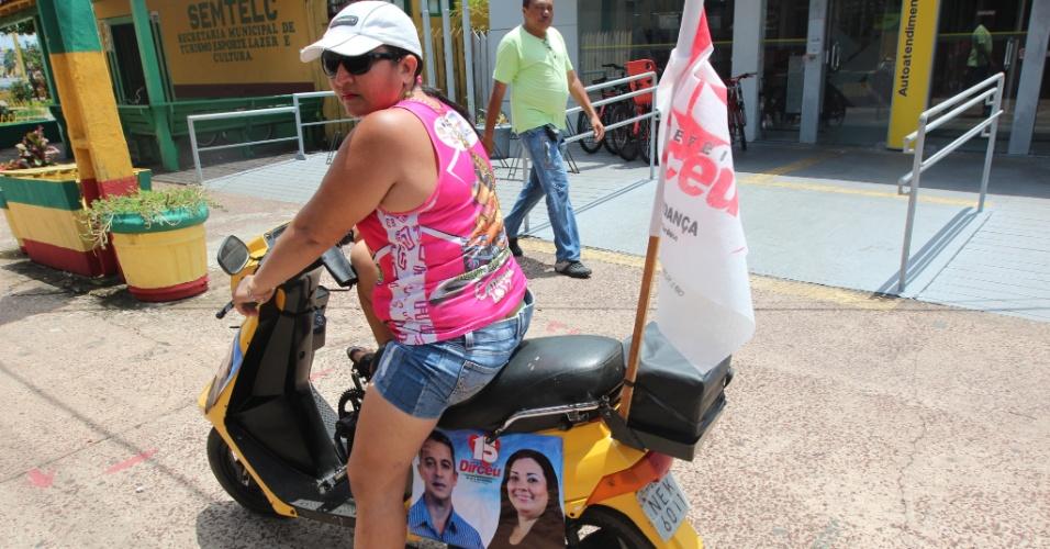 Mulher circula por Afuá (PA) divulgando candidato à prefeitura da cidade usando uma bicicleta que ganhou o corpo de uma moto