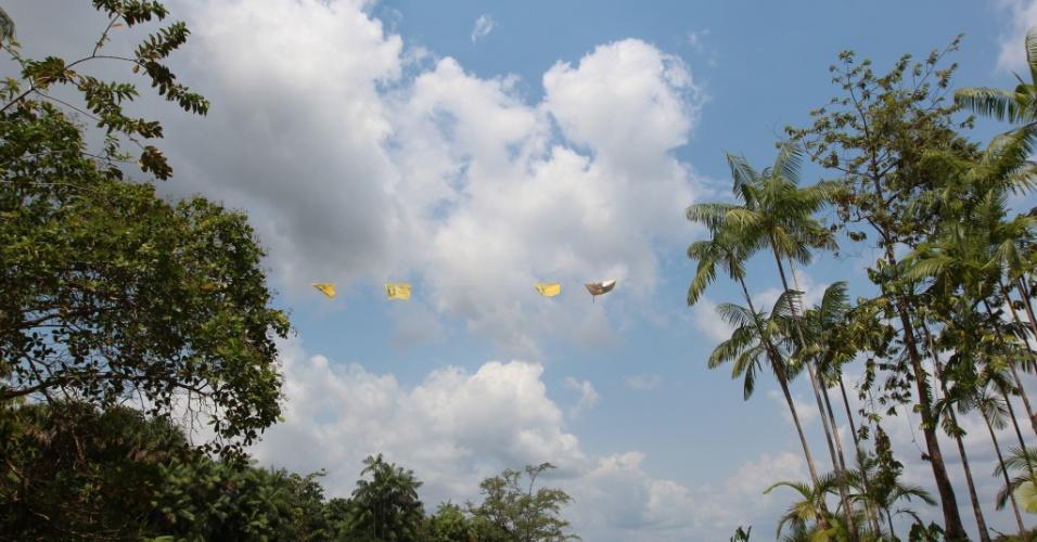 Bandeiras de um dos três candidatos à Prefeitura de Afuá penduradas próximo à residência na beira do Rio Amazonas