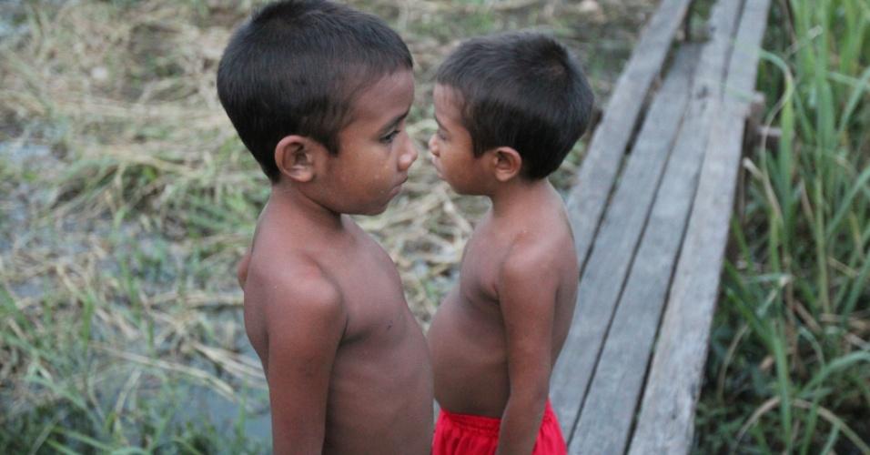 Meninos no bairro do Capim Marinho, na área urbana de Afuá (PA)