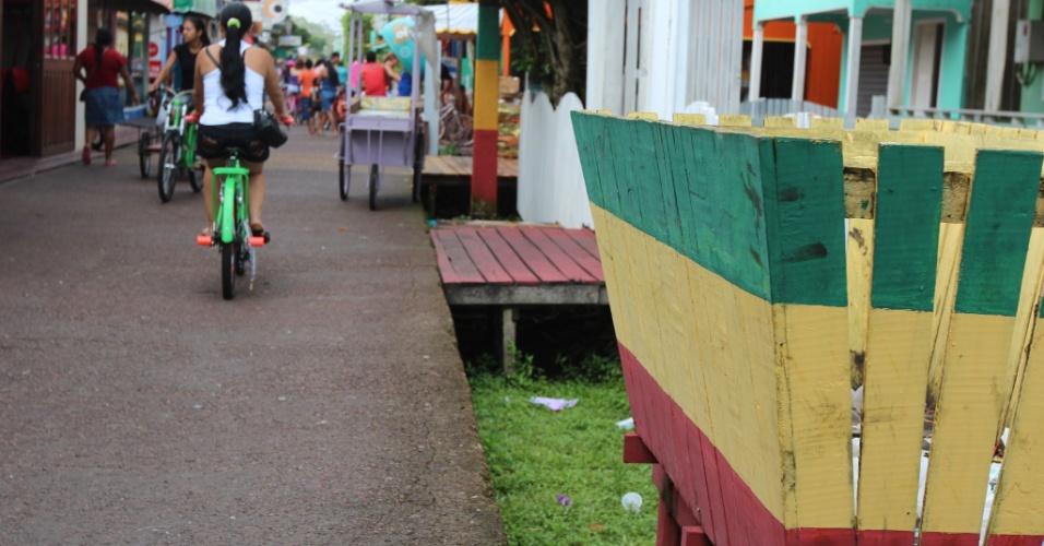 Mesmo com lixeiras distribuídas pela cidade, ainda é possível ver resíduos despejados ao lado das casas e comércios