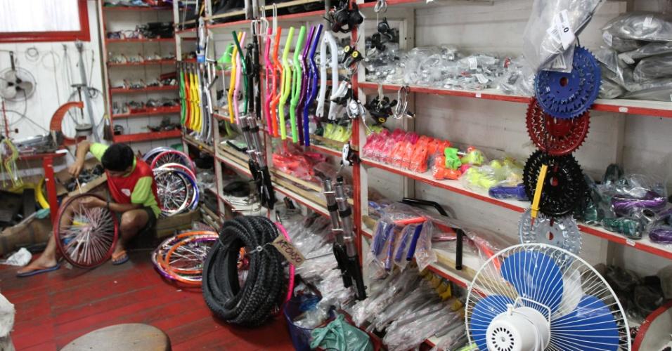 Lojas para venda de bicicletas, de acessórios e de conserto das magrelas são o tipo de comércio mais visto nas ruas de Afuá