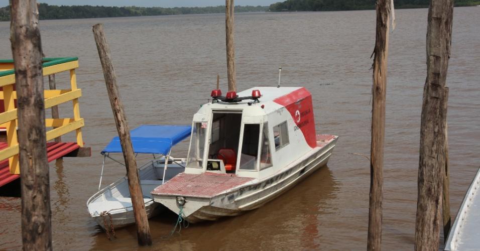 O paciente é levado para Macapá (AP) de ambulancha em um trajeto que dura em média duas horas