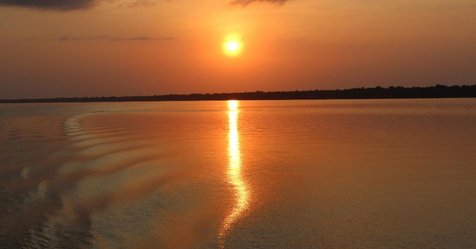 Pôr-do-sol sobre o Rio Amazonas é visto no trajeto de barco entre Macapá (AP) e Afuá (PA)