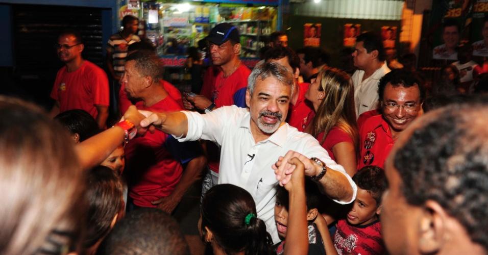 14.set.2012 - O candidato do PT à Prefeitura do Recife, Humberto Costa (de branco), fez caminhada na noite desta sexta-feira pelo bairro Alto José do Pinho, região central da capital pernambucana
