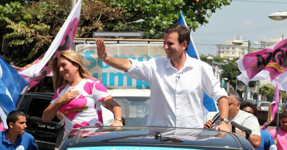 15.set.2012 - Eduardo Paes, prefeito do Rio de Janeiro e candidato à reeleição pelo PMDB, fez carreata neste sábado pelas ruas da Vila da Penha, na zona norte da capital fluminense