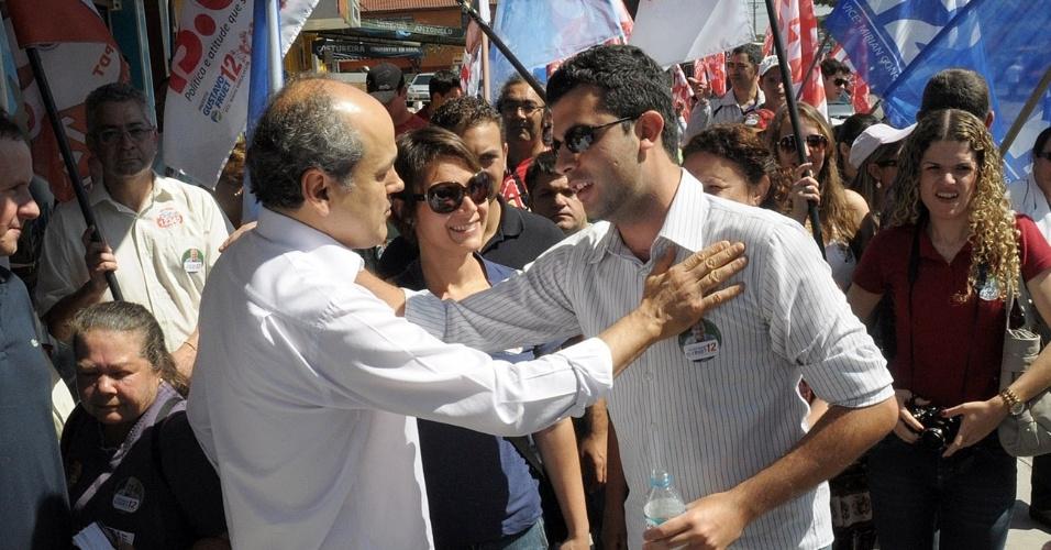 15.set.2012 - Gustavo Fruet, candidato do PDT à Prefeitura de Curitiba, cumprimenta eleitor durante caminhada pelo bairro Alto Boqueirão