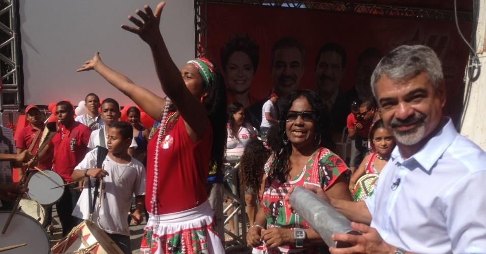 15.set.2012 - Humberto Costa, candidato do PT à Prefeitura do Recife, se reuniu na tarde deste sábado com representantes da cultura popular de Pernambuco. No encontro, o petista assinou uma carta com compromissos para a cultura recifense