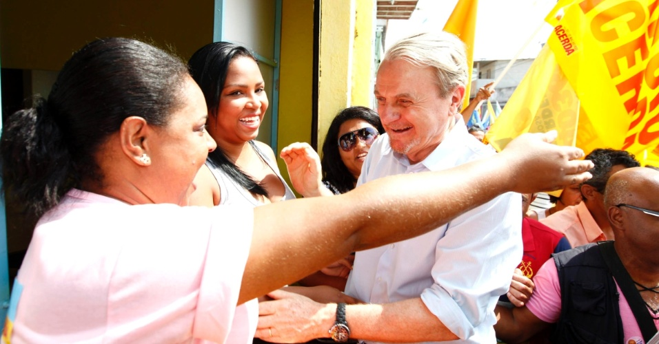 15.set.2012 - Marcio Lacerda, candidato à reeleição em Belo Horizonte pelo PSB, fez caminhada neste sábado pelas ruas da Vila Ventosa, região oeste da capital mineira