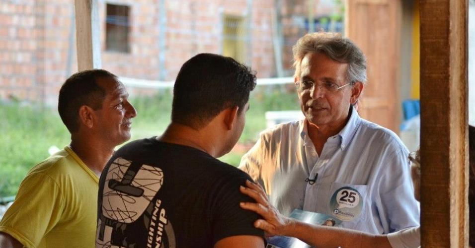 15.set.2012 - O candidato do DEM à Prefeitura de Manaus, Pauderney Avelino, conversa com eleitores durante caminhada pelo bairro Parque das Nações, na região central da capital amazonense
