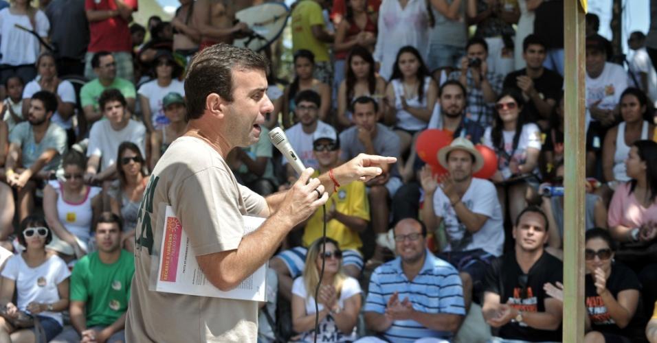 15.set.2012 - O candidato do PSOL à Prefeitura do Rio de Janeiro, Marcelo Freixo, discursa na praça Pontal Tim Maia, no Recreio dos Bandeirantes, zona oeste da cidade, na manhã deste sábado