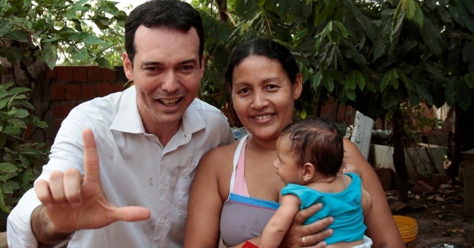 15.set.2012 - O candidato do PT a prefeito de Cuiabá, Lúdio Cabral, participou de caminhada pelo bairro de Distrito da Guia, na tarde deste sábado