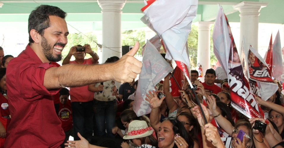15.set.2012 - O candidato do PT à Prefeitura de Fortaleza, Elmano de Freitas, participou neste sábado de encontro com representantes da área de educação no clube Náutico Atlético Cearense