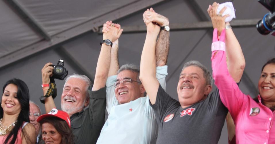15.set.2012 - O ex-presidente Lula participou neste sábado de comício de campanha do candidato a prefeito pelo PT em Feira de Santana (BA), Zé Neto. No discurso, Lula criticou os adversários do candidato petista e ignorou o tema mensalão