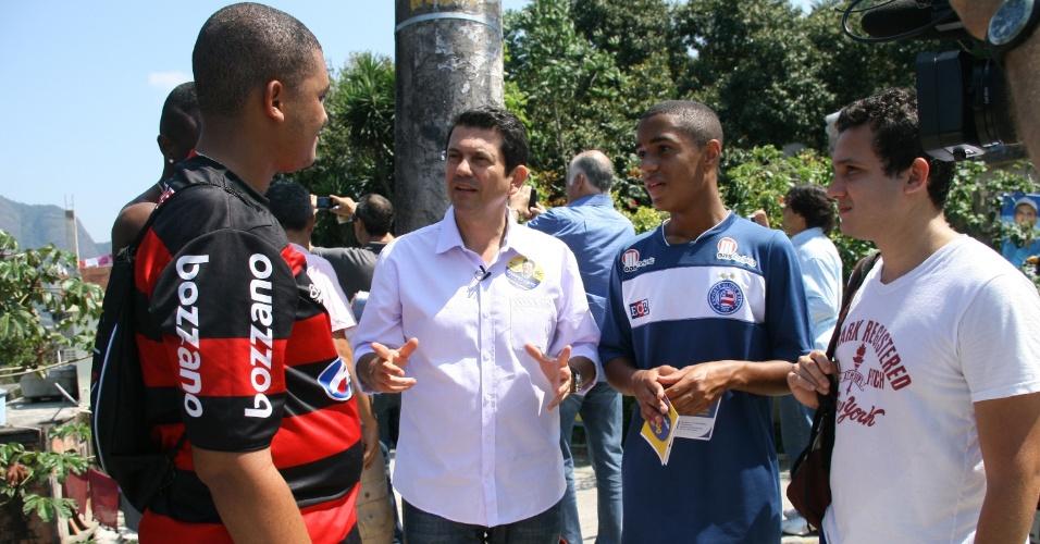 15.set.2012 - Otávio Leite, candidato do PSDB à Prefeitura do Rio de Janeiro, conversa com eleitores durante caminhada pelo bairro do Vidigal