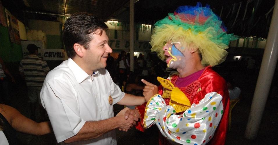 15.jul.2012 - O candidato do PSB à Prefeitura do Recife, Geraldo Julio, cumprimenta eleitor durante evento de campanha no bairro da Água Fria, região norte da capital pernambucana
