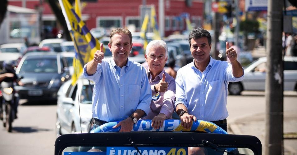 15.set.2012 - Luciano Ducci (à esq.), candidato à reeleição em Curitiba pelo PSB, fez carreata pelos bairros do Pinheirinho, Novo Mundo e Capão Raso