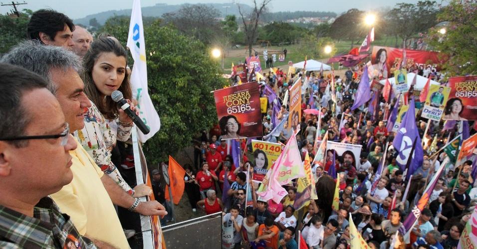 15.set.2012 - Manuela D'Ávila, candidata do PC do B à Prefeitura de Porto Alegre, discursa para eleitores do Jardim Leopoldina, região norte da capital gaúcha