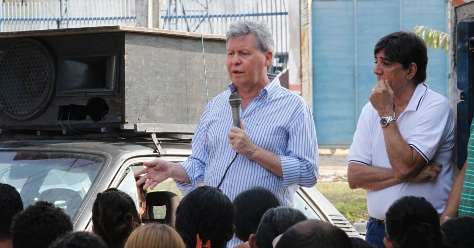 15.set.2012 - O candidato do PSDB à Prefeitura de Manaus, Arthur Virgílio, discursa para moradores do Loteamento Rio Pirini, na zona norte da capital amazonense, durante café da manhã neste sábado