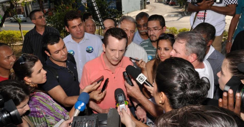 16.set.2012 - Celso Russomanno, candidato do PRB à Prefeitura de São Paulo, concede entrevista coletiva depois de fazer carreata pela Estrada do Sabão, no Jardim Maristela, zona sul da capital paulista