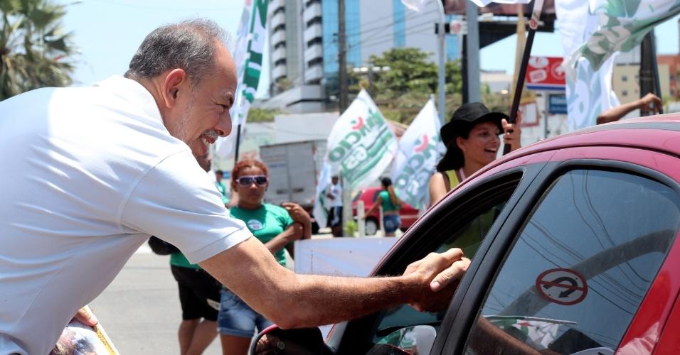 16.set.2012 - Inácio Arruda, candidato do PC do B à Prefeitura de Fortaleza, cumprimenta motorista durante adesivaço realizado na região central da capital cearense