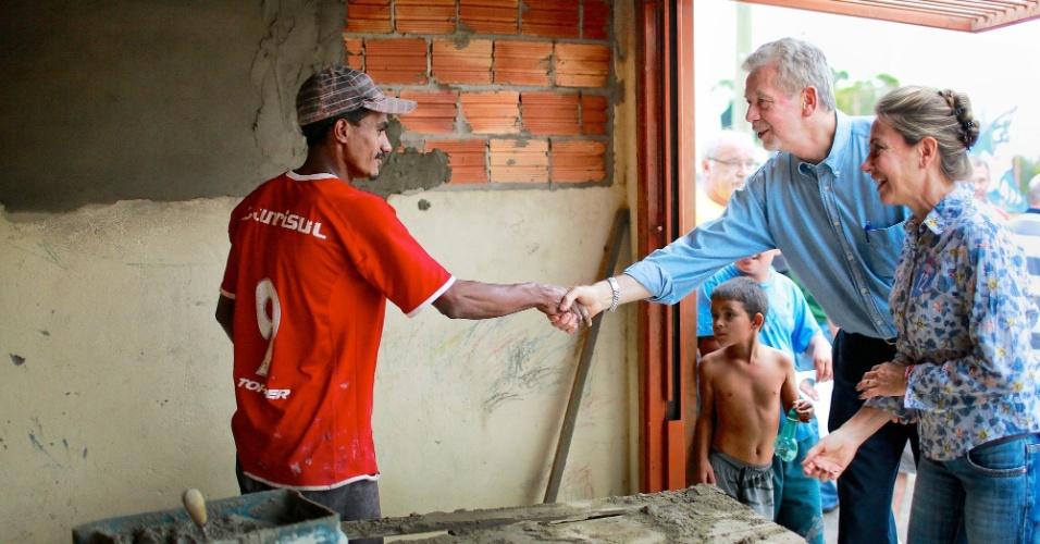 16.set.2012 - José Fortunati, candidato do PDT à reeleição em Porto Alegre, cumprimenta eleitor durante caminhada pelo bairro Lageado, extremo sul da capital gaúcha