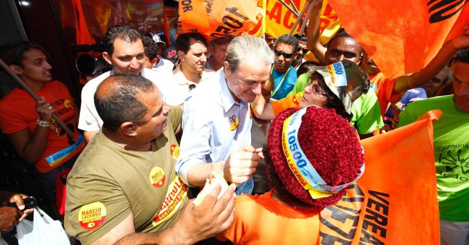 16.set.2012 - O candidato à reeleição em Belo Horizonte pelo PSB, Marcio Lacerda, fez caminhada neste domingo pelo bairro Alto Vera Cruz, região leste da capital mineira