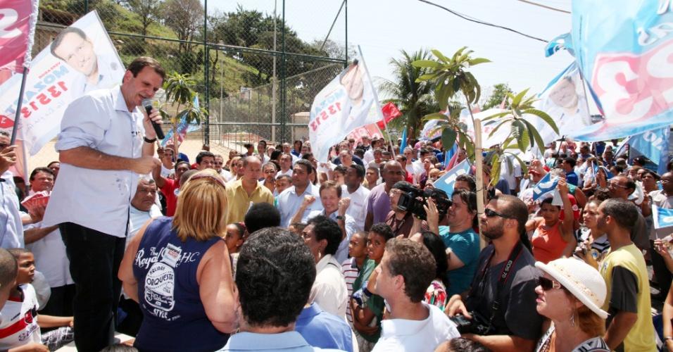 16.set.2012 - O candidato à reeleição no Rio de Janeiro pelo PMDB, Eduardo Paes, discursa depois de caminhada pelo bairro do Andaraí, zona norte da capital fluminense