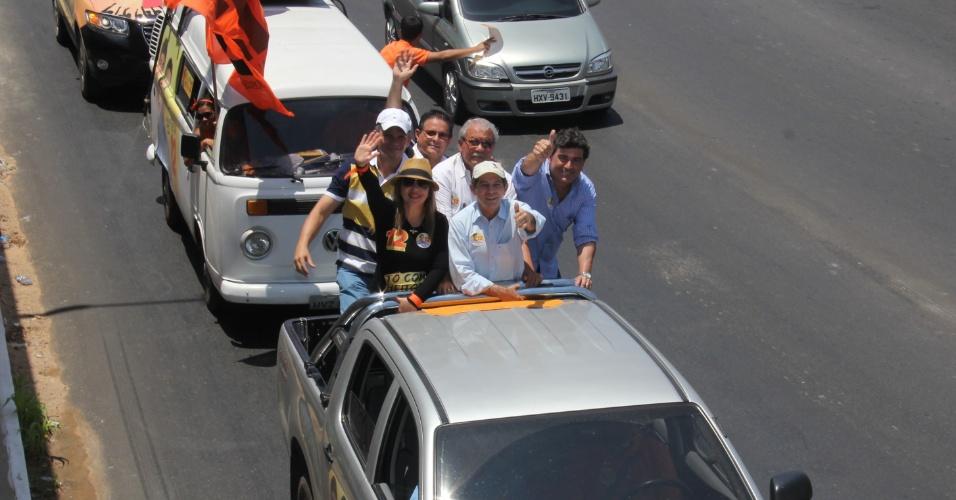 16.set.2012 - O candidato do PDT à Prefeitura de Fortaleza, Heitor Férrer (centro, de boné), fez carreata neste domingo pelas regiões sul e oeste da capital cearense