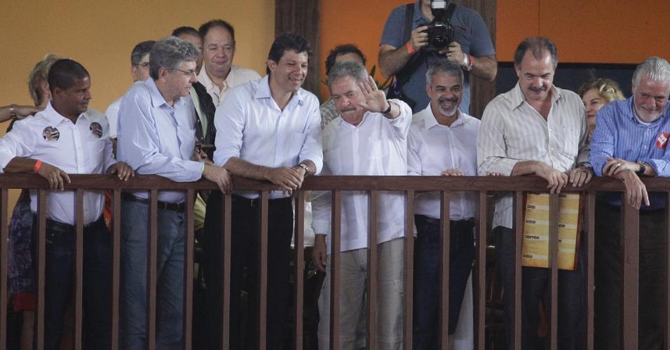 16.set.2012 - O ex-presidente Luiz Inácio Lula da Silva e o candidato do PT à Prefeitura de São Paulo, Fernando Haddad (centro), participam de almoço com autoridades do PT e do PSB no Centro de Tradições Nordestinas, na zona norte da capital paulista